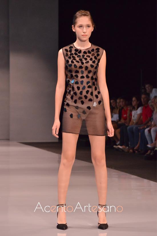 Vestido transaparente con aplicaciones de espejos en negro de Tania Cantero