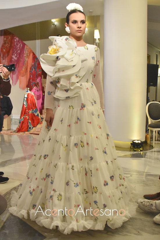 Traje de flamenca blanco de flores bordadas de Ana Morón