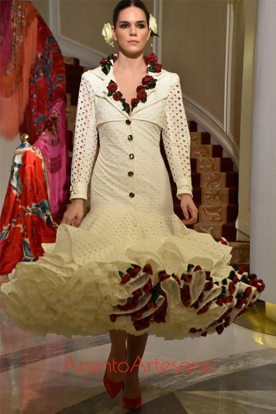 Traje de flamenca estilo Marisol de batista perforada de Antonio Gutiérrez en Úniqo Qlamenco