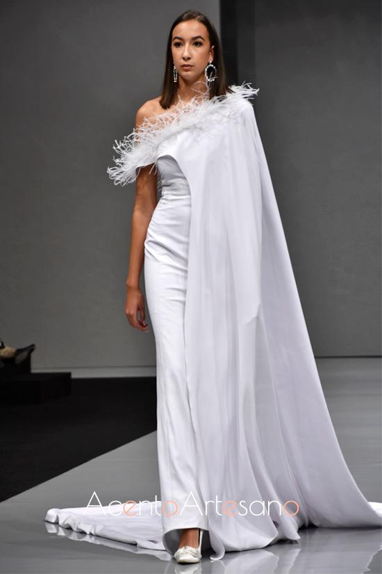 Vestido de novia con capa asimétrica de Carls Blanc en Sevilla de Boda