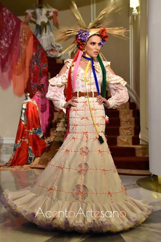 Traje de flamenca blanco con bordados y pasacintas en naranja de José Glaváñ para Úniqo Qlamenco