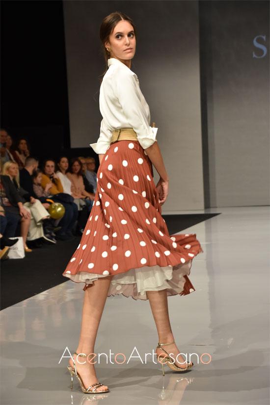 Lunares blancos para estilismo de falda  y camisa de Sara R