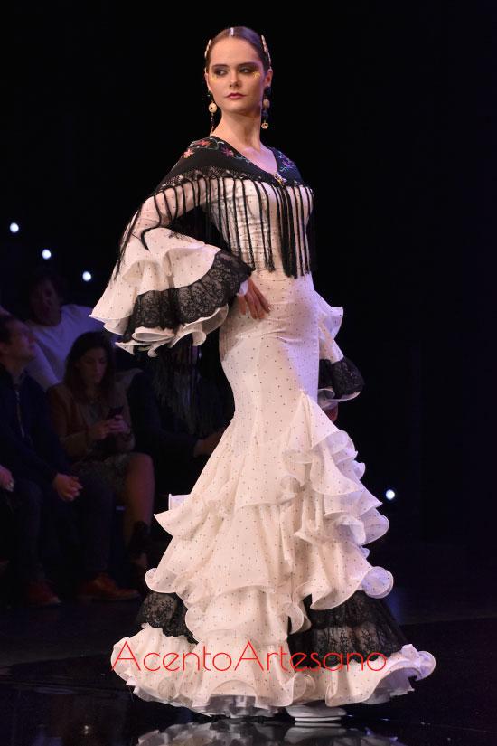 Traje de flamenca blanco de Aurora Gaviño en SIMOF 2020