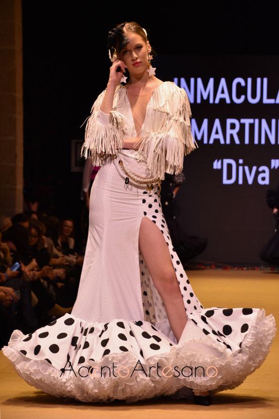 Traje de flamenca de dos piezas con fada de aberutra lateral y top flecado en blanco y negro de Inmaculada Martínez