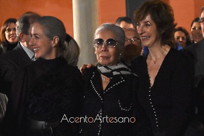 ¿Quién es Lina? Pues aquí la tienes, en el centro de la imagen con sus hijas, Rocío y Mila, tras el desfile de su colección Gratitud de su 60 Aniversario
