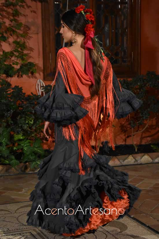Traje de flamenca en girs plomizo con enaguas naranjas al tono del mantoncillo de Lina 1960