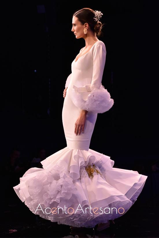 Traje de flamenca blanco de Sara Sanabria en SIMOF 2020