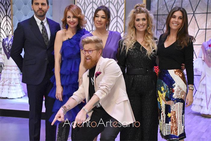 Preseentadores, Esther Arroyo y Daniel, junto al jurado de Aguja Flamenca: Mario Niebla del Toro, Raquel Revuelta, Juana Martín y Lourdes Montes