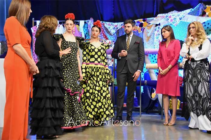 El jurado de Aguja Flamenca, Raquel Revuelta, Mario Niebla del Toro, Lourdes Montes y Juana Martín, junto a Pilar Vera opinando sobre los dos diseños realizados en la prueba por equipos del tercer programa