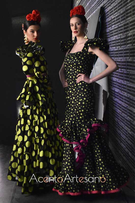 Trajes de flamenca de lunar verde sobre negro de Yolanda y Juanma en Aguja Flamenca