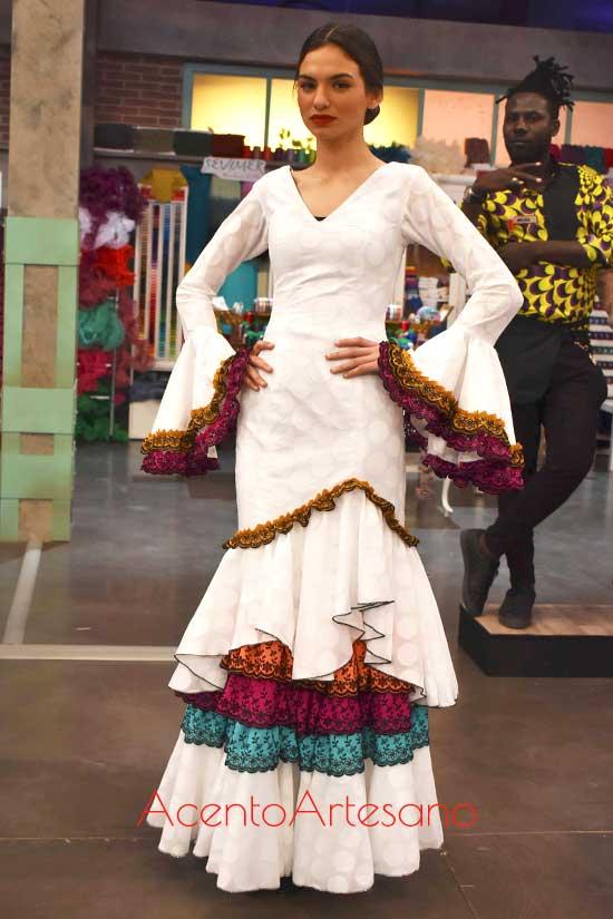 Traje de flamenca blanco con remates al contraste de Rosa, concursante de Aguja Flamenca