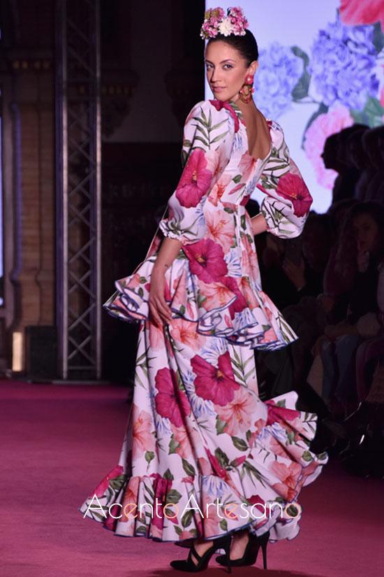 Traje de flamenca de mangas ablusonadas y con estampado floral de Alba Calerón