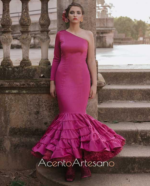 Traje de flamenca asimétrico de talle bajo y vuelo canastero en buganvilla de Aurora Ruíz