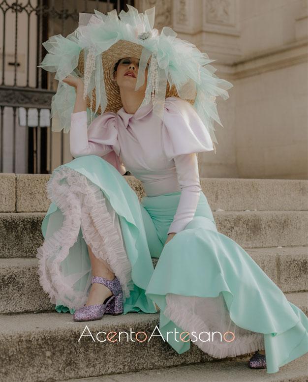 Estilismo flamenco de top de manga larga y pantalón en verde y blanco de Aurora Ruíz