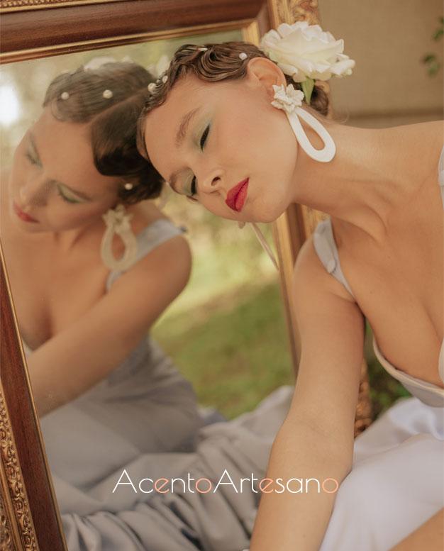 Detalle de uno de los trajes de flamenca en azul de Aurora Ruíz