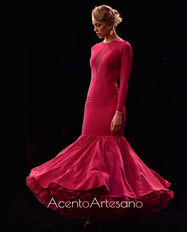 Traje de flamenca con vuelo de capa en buganvilla o fucsia de Cristina Vázquez