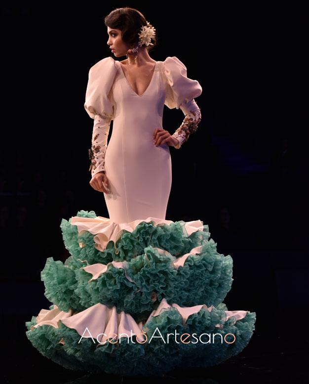 Vestido de flamenca blanco de talle bajo y enaguas verdes de Cristina Vázquez