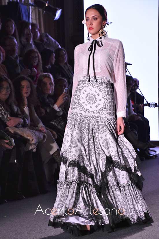 Traje de flamenca de falda y camisa de plumeti en blanco y negro de El Ajolí
