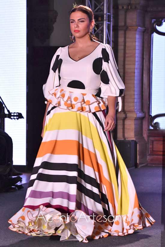 Estilismo flamenco de falda con rayas oblicúas y cuerpo de lunares grandes de El Aojlí