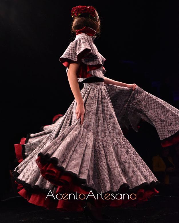 Traje de flamenca de dos piezas, con falda setentera y cuerpo tipo crop top con magas de capa de Santos Rodrigues