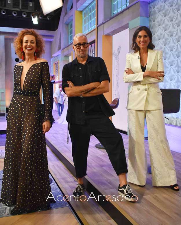 Esther Arroyo y Lourdes Montes vestidas del diseñador invitado, Roberto Díz