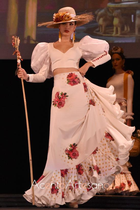Traje de flamenca de dos piezas con crop top y falda de vuelo de media capa y volante en el bajo de Ajolí 58