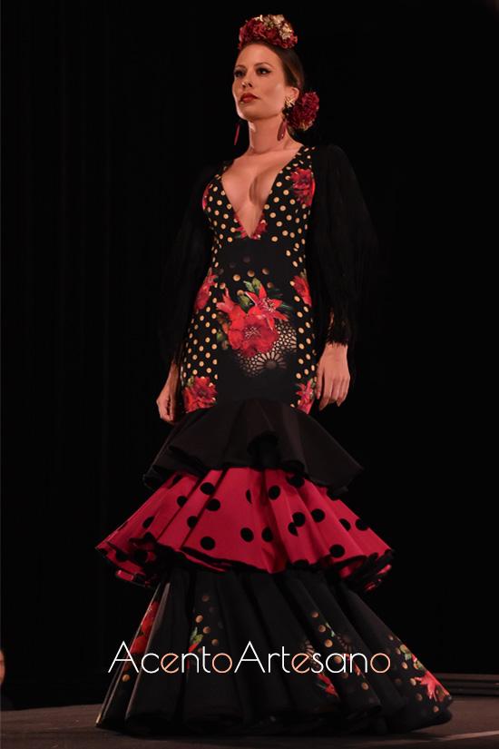 Traje de flamenca estampado sobre negro con generoso escote