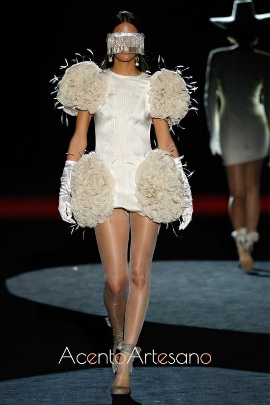 Plumas para vestido minifaldero de Fernando Claro en la MBFWMadrid