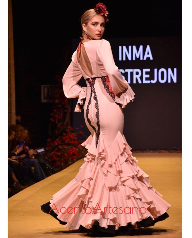 Traje de flamenca blanco con volantes en zig zag de Inma Castrejón