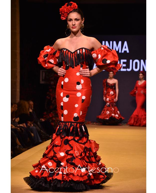 Traje de flamenca de escote corazón y mangas cortas abullonadas de Inma Castrejón