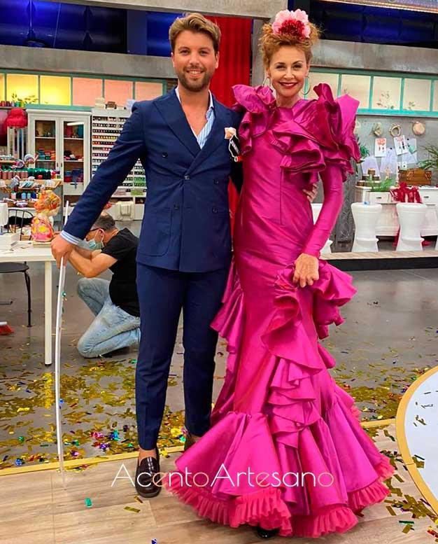 Juanma Delgado ganador de Aguja Flamenca con Esther Arroyo vestida con su diseño