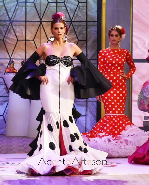 Traje de flamenca blanco con abertura delantera y escote corazón de Álvaro Baturone, finalista de Aguja Flamenca