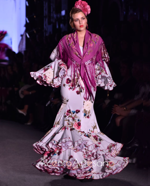 Traje de flamenca de volantes en evasé en tono líla con flores de Carmen Acedo