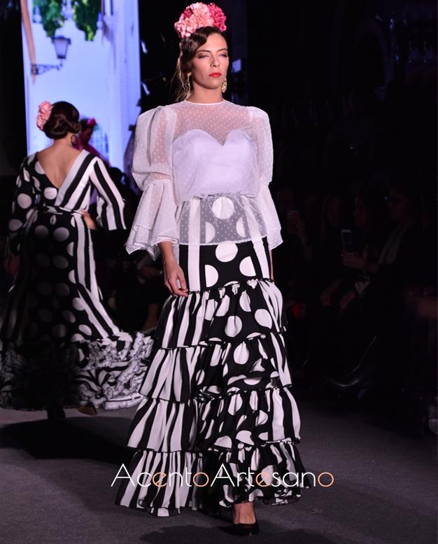 Traje de flamenca de dos piezas en negro y blanco de Carmen Acedo