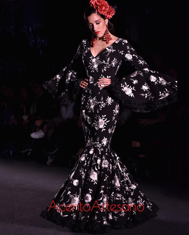 Traje de flamenca negro con rosas bordadas en blanco de Carmen Acedo para sus gitanas canasteras