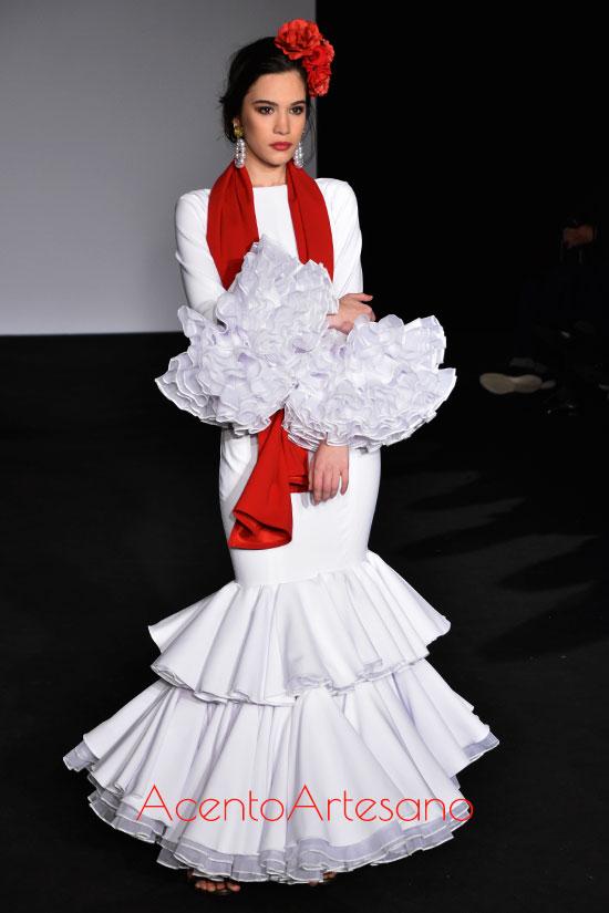 Traje de flamenca blanco con cuello barco de Mg Macías