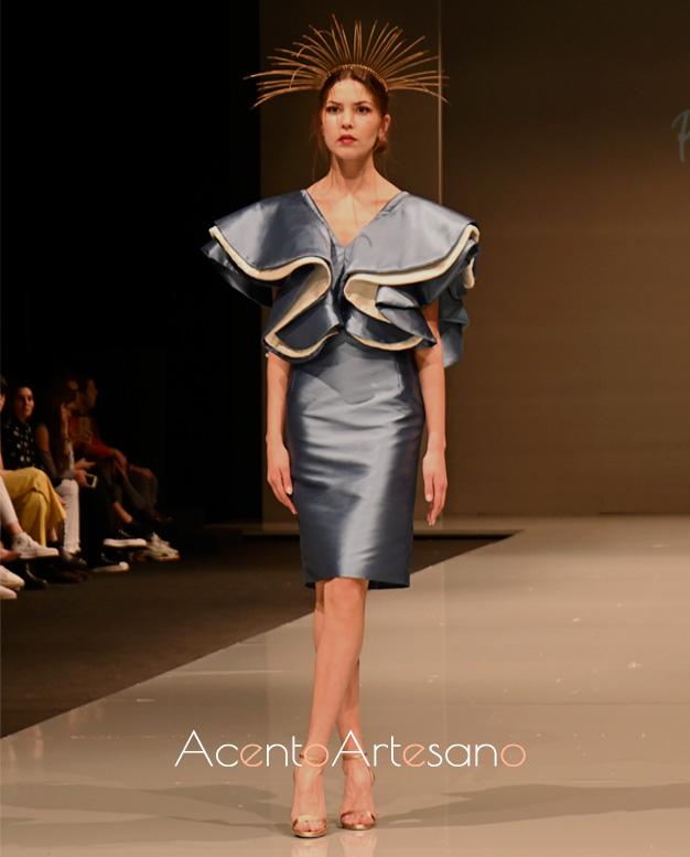 Vestido de línea recta y volantes de capa en escote de Pilar Rico en Code 41 Trending 2020