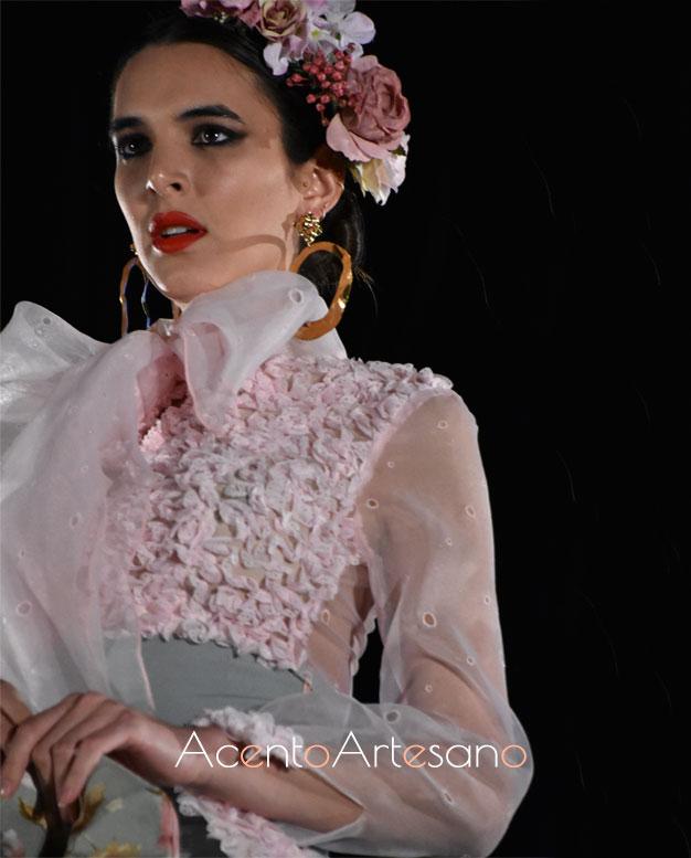 Camisa con lazada al cuello en estilismo pantalón aflamencado de Rebeca Moda Flamenca en Pasarela Flamenca Granada 2020