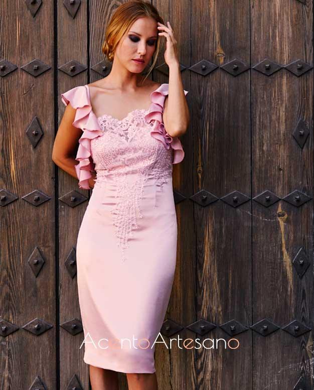 Vestido de largo midi en lila o rosa liláceo de tirantas con volantes y encaje en el escote de Victoria García.