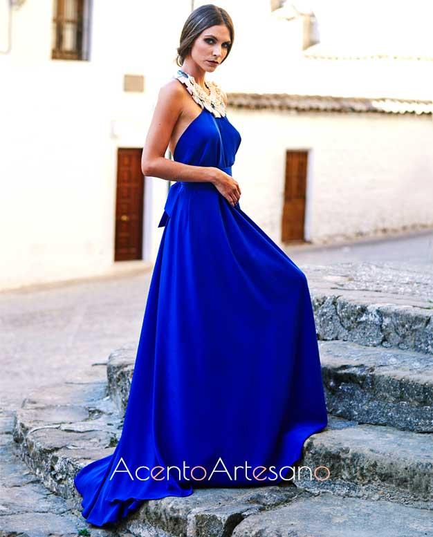 Vestido de noche de cuello halter en azul índigo de Victoria García