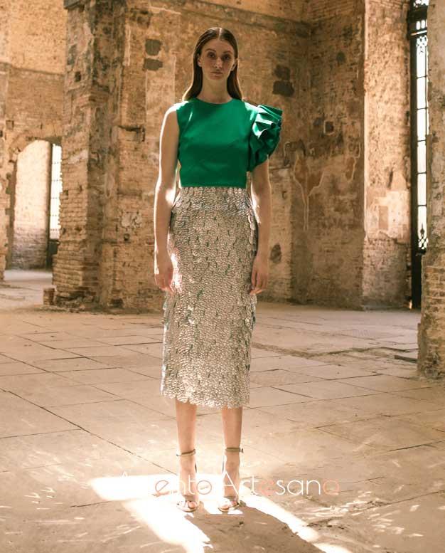 Falda de lentejuelas plateadas y top en verde de Inma Benicio para SIQ, Handcraft & Fashion