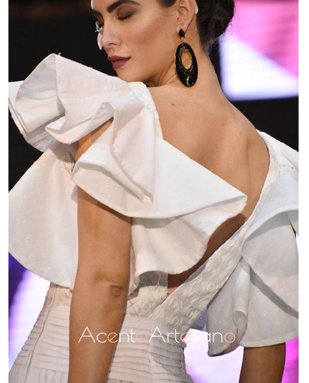 Detalle de la espalda abierta en escote uve en uno de los nuevos diseños dee Isabel Perea