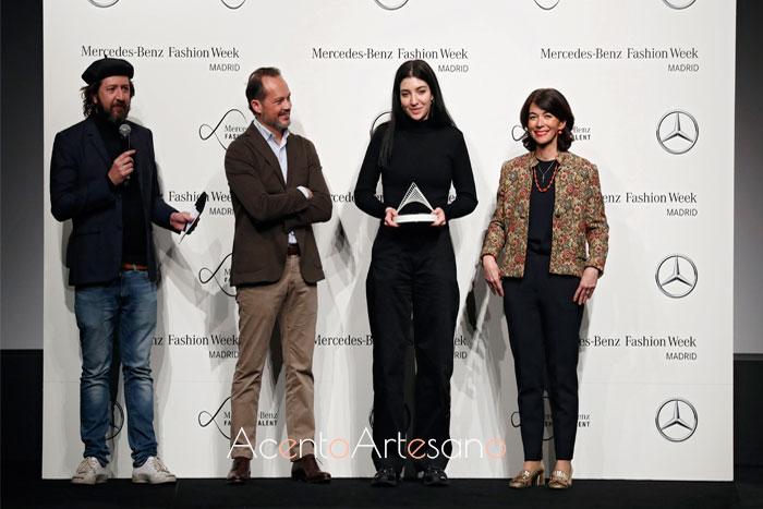Fátima Miñana recibiendo el premio Mercedes Benz Innovation Project en la edición de enero 2020.