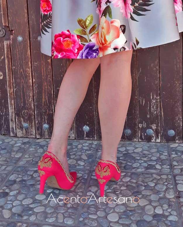 Zapatos en grana y oro para falda de flores