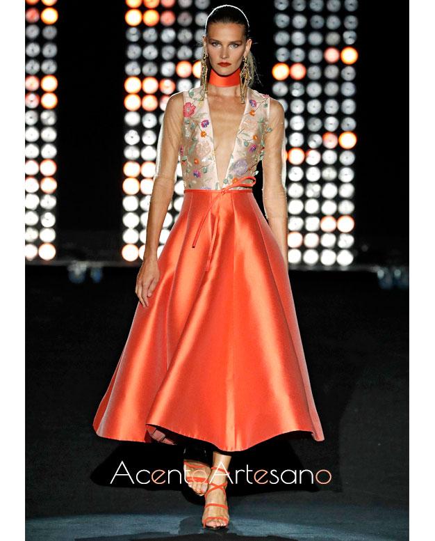 Vestido con cuerpo bordado y vuelo de capa en naranja de Hannibal Laguna
