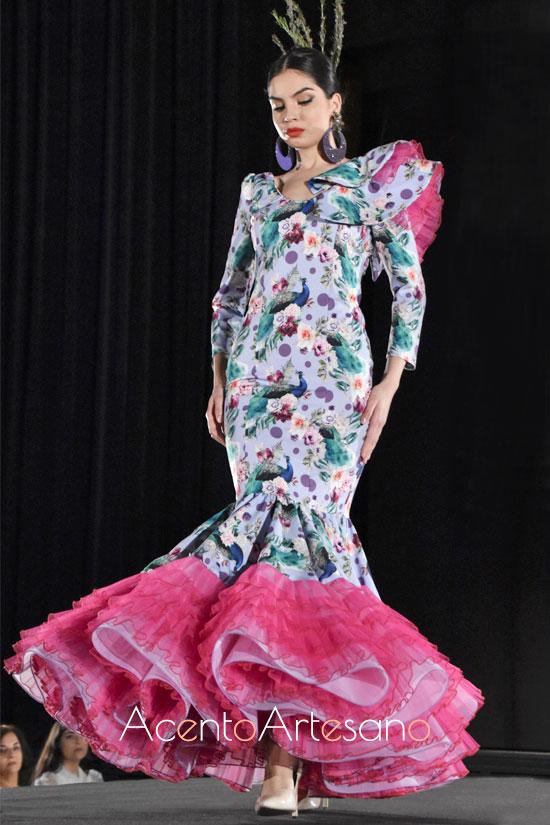 Uno de los diseños de el Alma Gitan de Victoria García con estampado de flores y enaguas en buganvilla