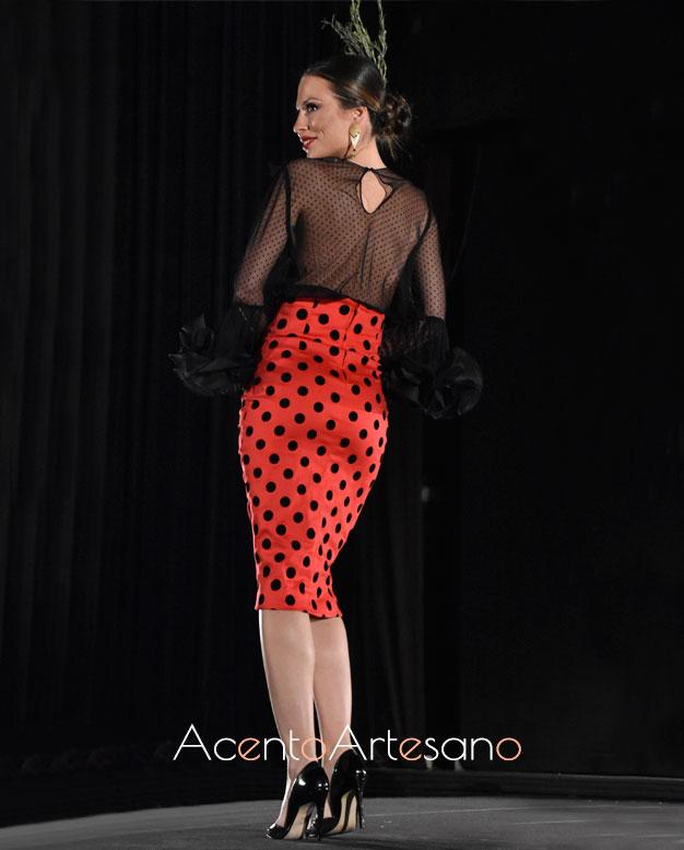 Falda tubo de lunares de talle alto a juego con camisa semitransparente de Victoria García