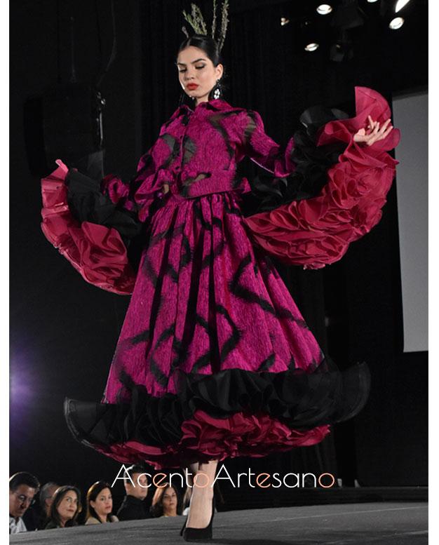 Traje de flamenca en negro y buganvilla de Victoria García en la Pasarela Flamenca Granada