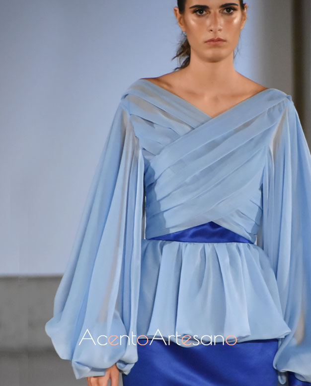 Blusa de mangas corsario y cuerpo drapeado en azul cielo de Consuelo García