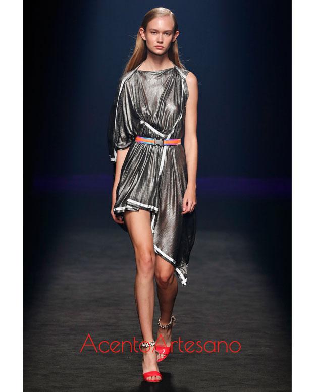 Vestido en tono plata de Custo Barcelona en la MBFWMadrid